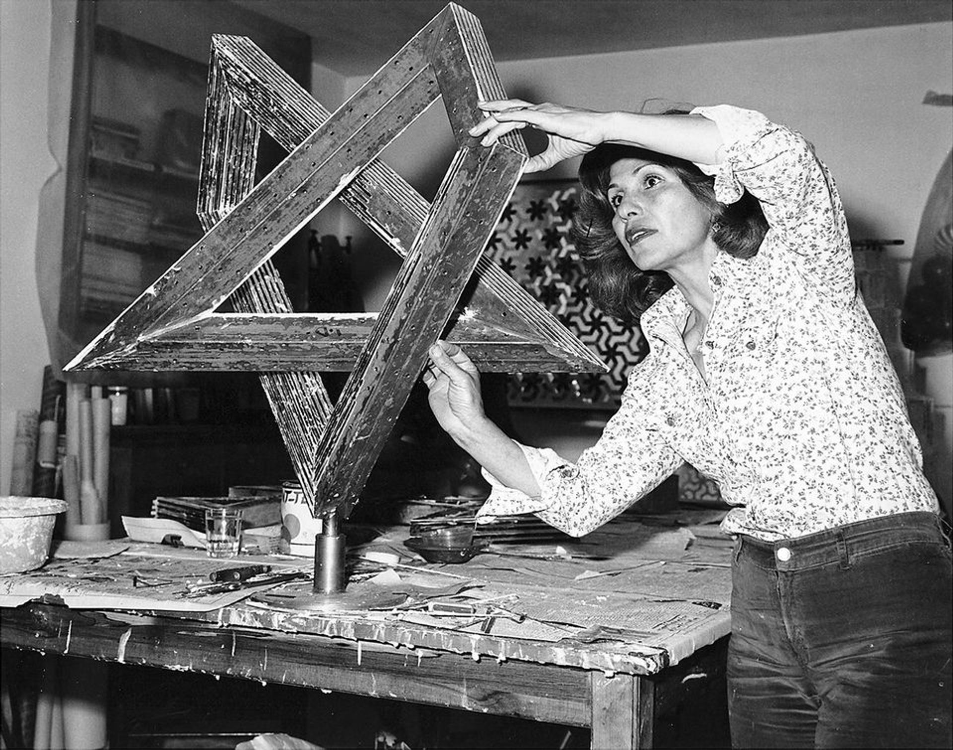 Farmanfarmaian working in her studio in Tehran in 1975 Courtesy of the artist's family and Haines Gallery