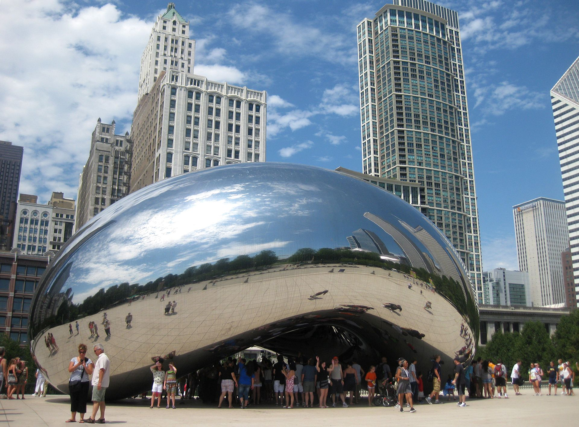 Anish  Kapoor's Cloud  Gate (2004) in Millennium  Park, Chicago Anish  Kapoor.  All  rights  reserved,  2018. Photo: Susan May Romano