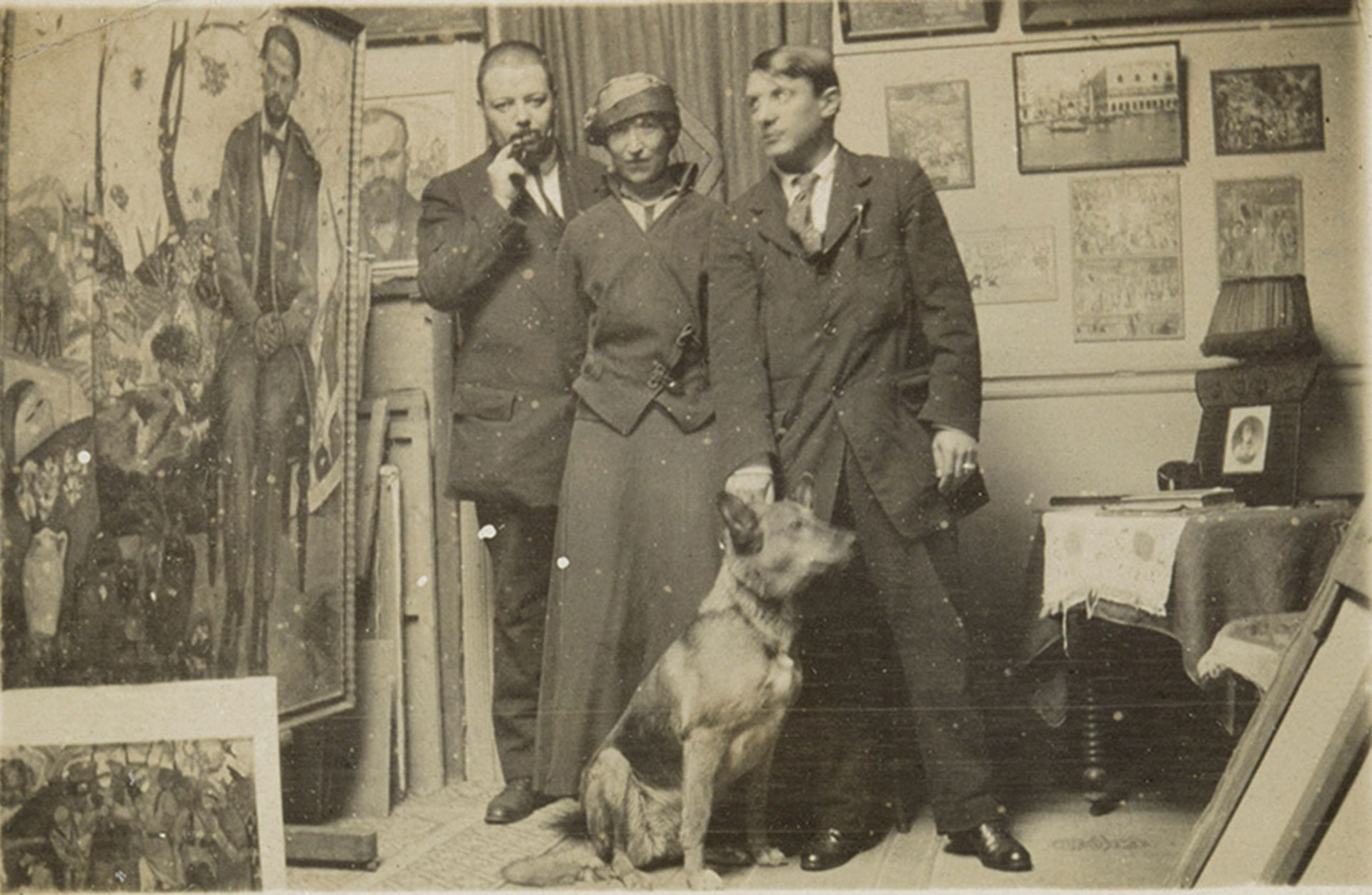 Along with Picasso (right), André Derain's dog Sentinelle is the only other subject in this photo whose identity historians are certain of © RMN-Grand Palais (Musée national Picasso-Paris) / Michèle Bellot © Alexandre Zinoviev