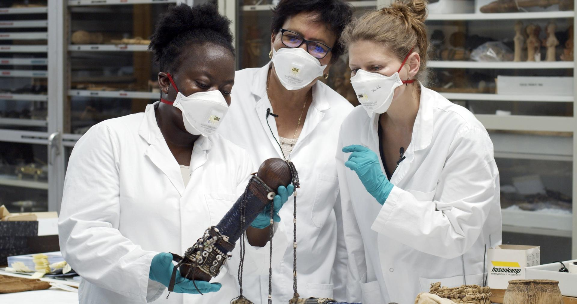 Researchers examining a work in the depot of the Ethnological Museum Berlin © Moritz Fehr, 2019