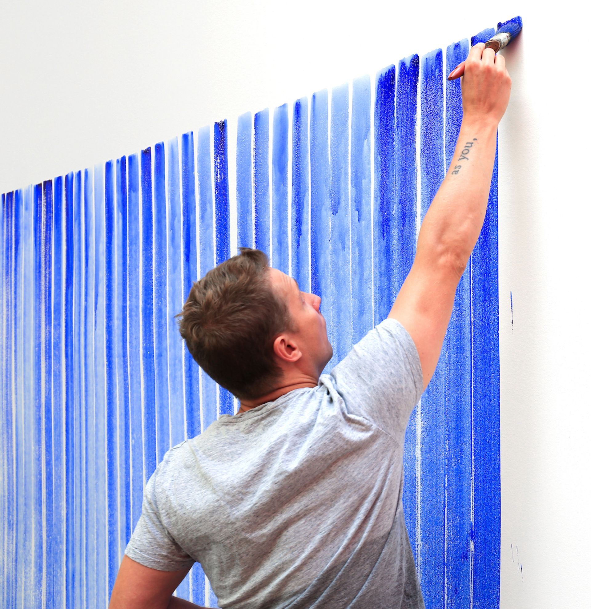 Jeppe Hein painting Breathing Watercolours on a wall Photo: Hendrik Hähner/Studio Jeppe Hein and courtesy of Jeppe Hein