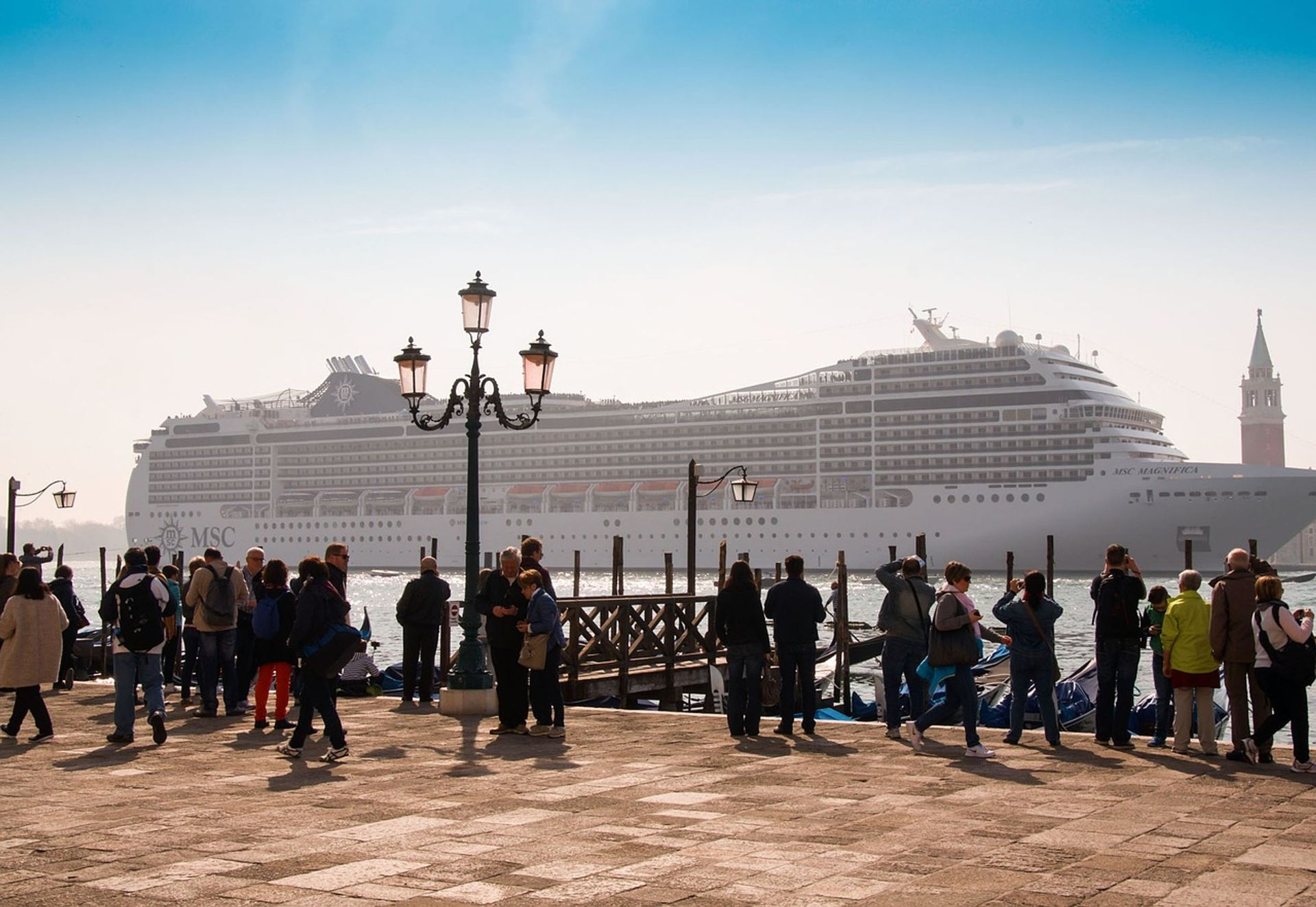 Cruise ships in Venice bring large crowds of tourists and contribute to pollution in the lagoon city © Pixabay