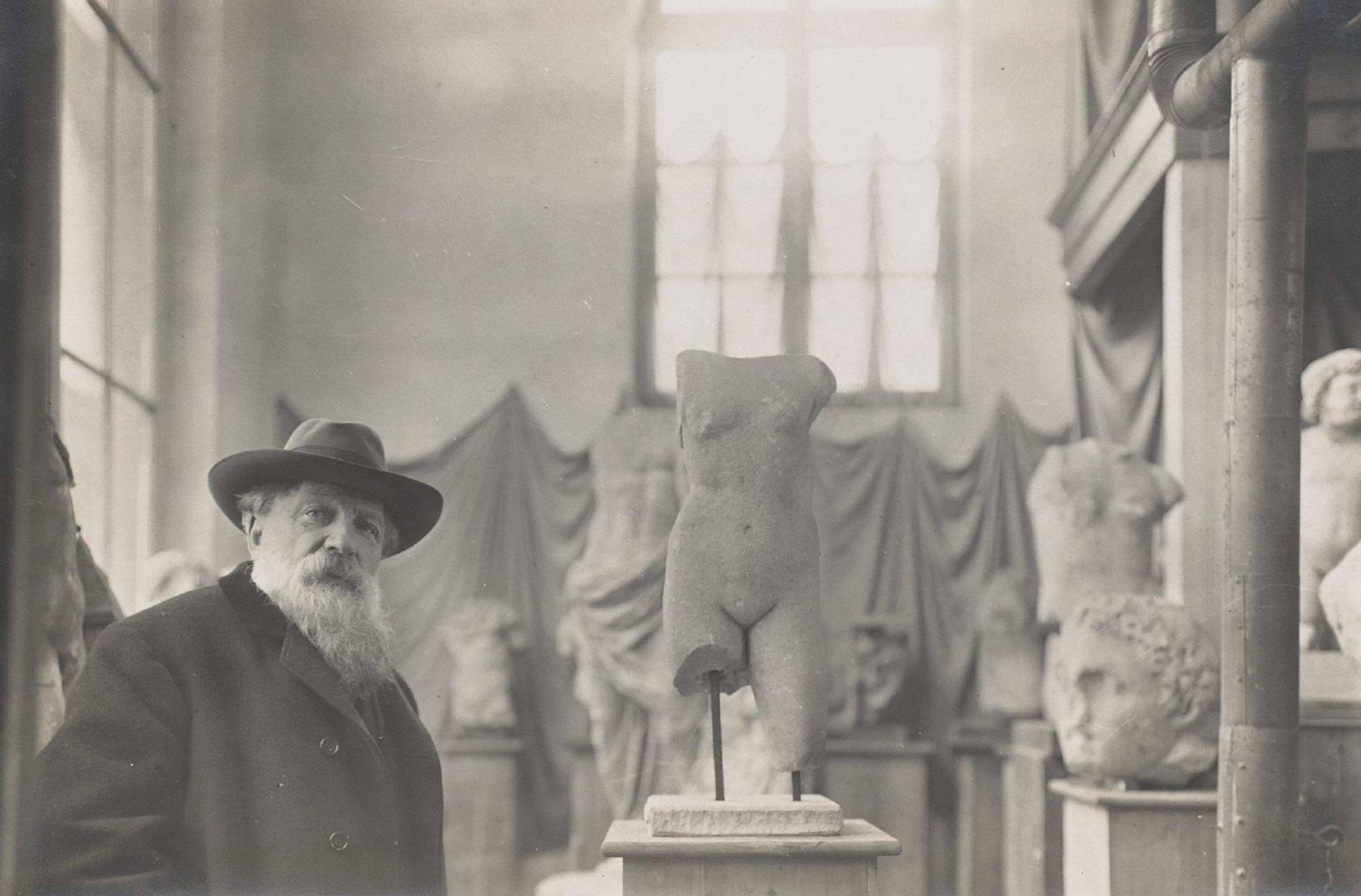 Rodin  in  his  Museum  of  Antiquities  at  Meudon  on  the  outskirts  of  Paris,  around  1910 Photo: Albert  Harlingue; omage:  Musée  Rodin