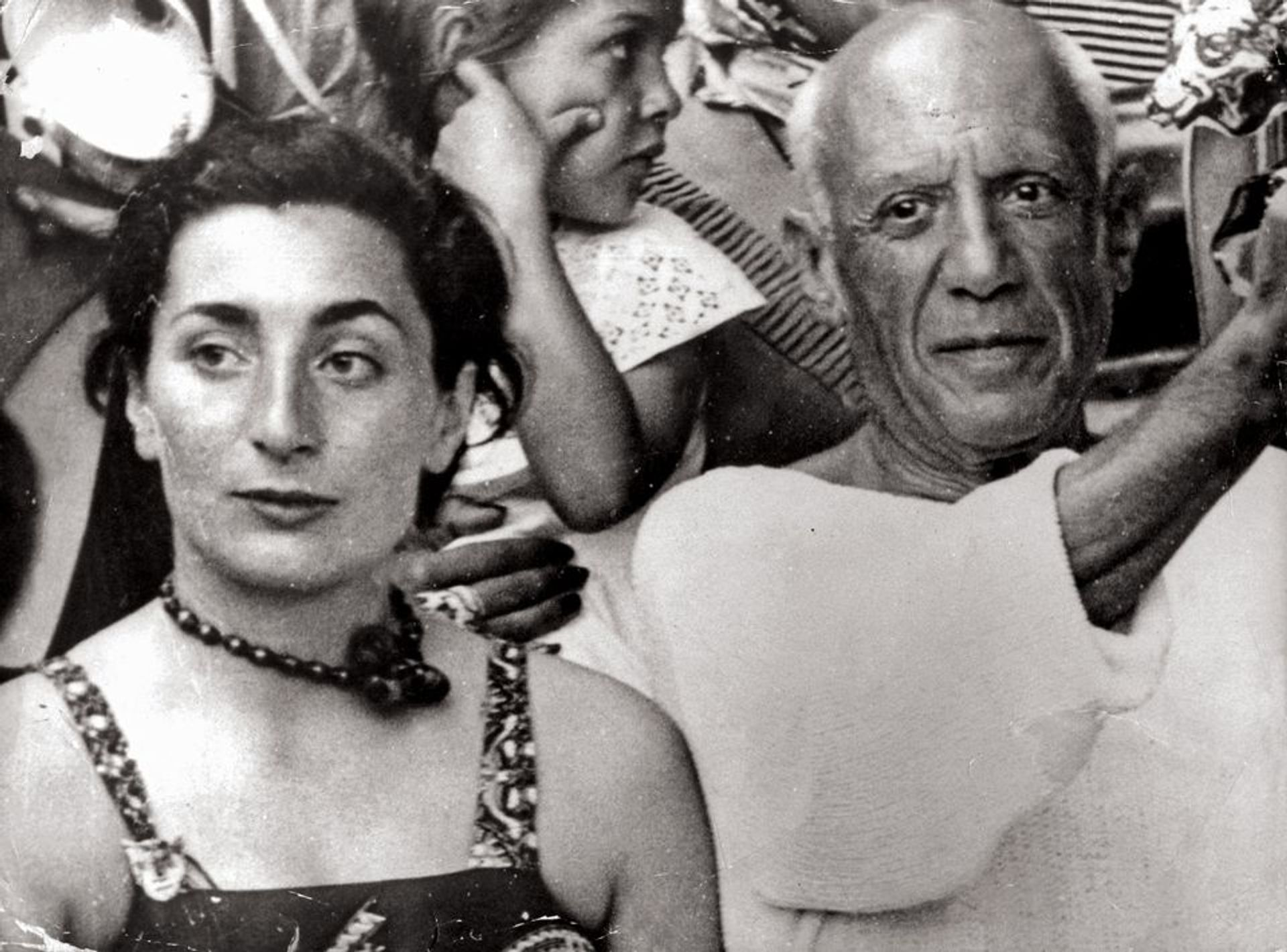 Pablo Picasso with Jacqueline, his wife and muse, in 1955 © Keystone Pictures/Alamy