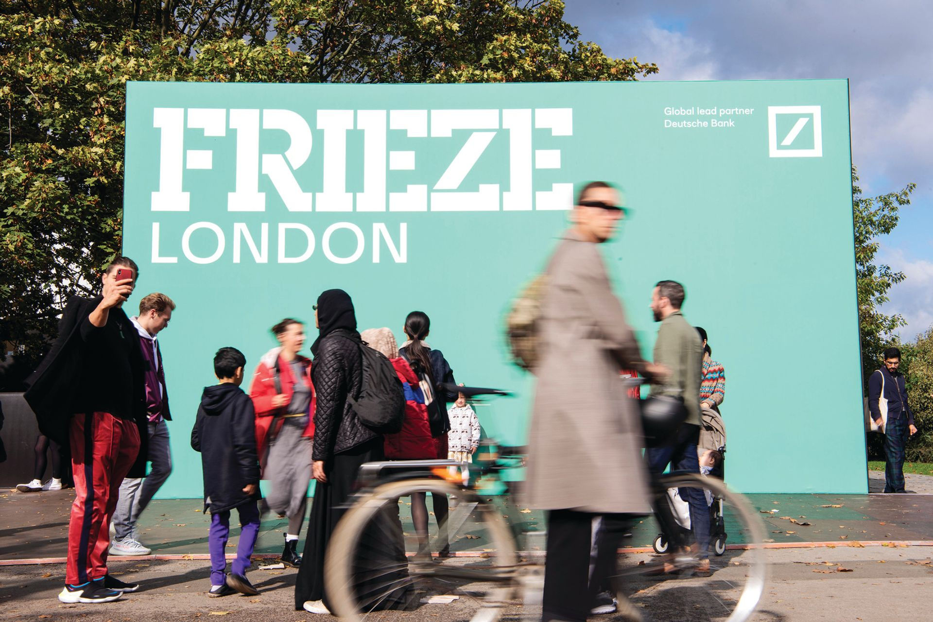 Frieze London and Frieze Masters will not look too different to normal this year, but masks will be mandatory for all visitors and exhibitors, plus everyone will have to provide proof of vaccination or a negative Covid-19 test in order to gain entry to the events. Photo © Linda Nylind, Courtesy Frieze