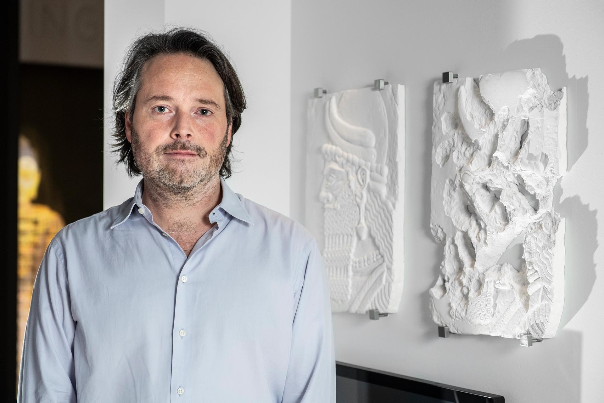 The British artist Piers Secunda with his work ISIS Damage Painting (Genie Head) (2019) at London's Imperial War Museum © IWM