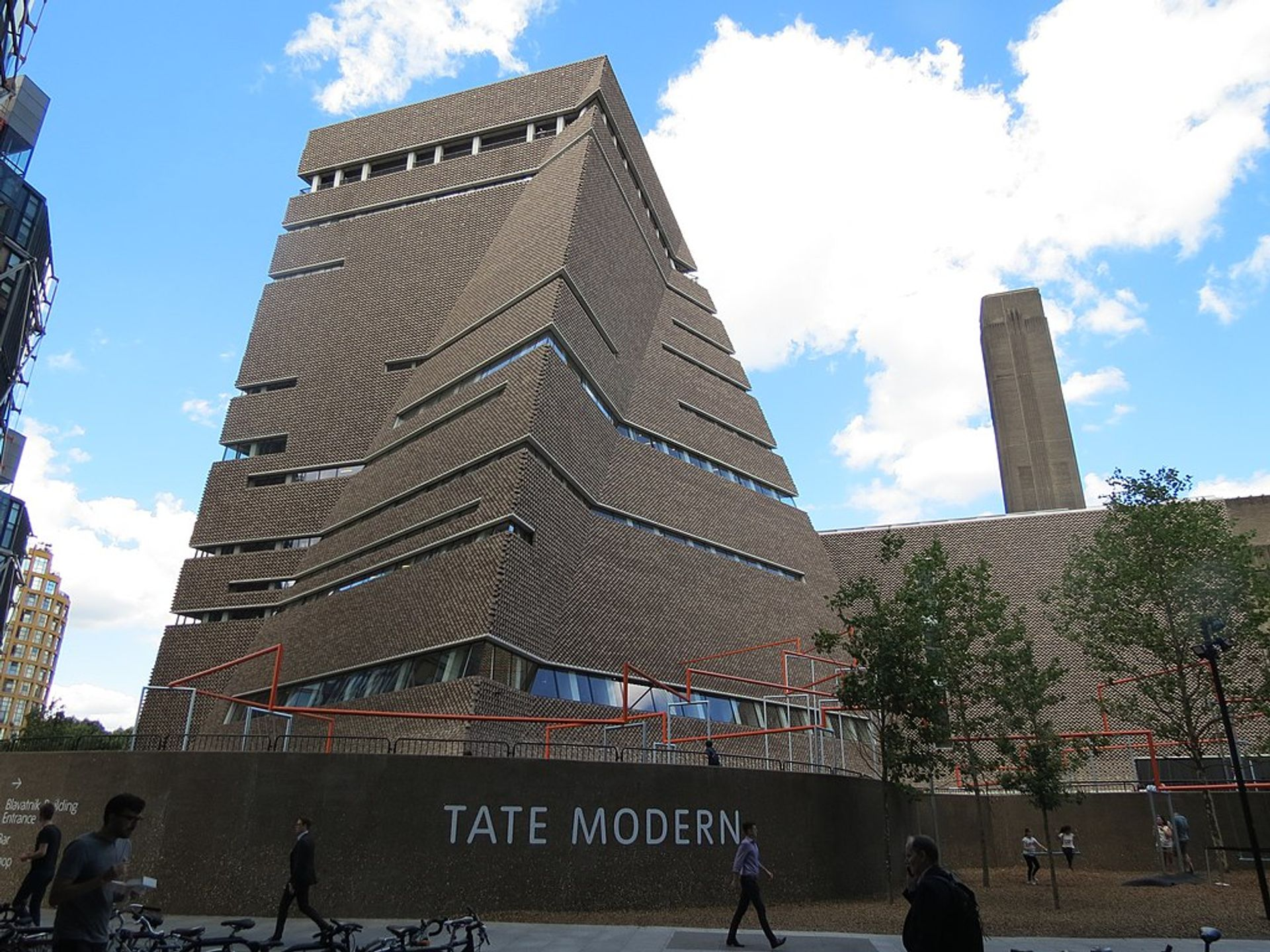 The child was thrown from the viewing platform on the top floor of Tate Modern's Blavatnik building © Wikimedia Commons