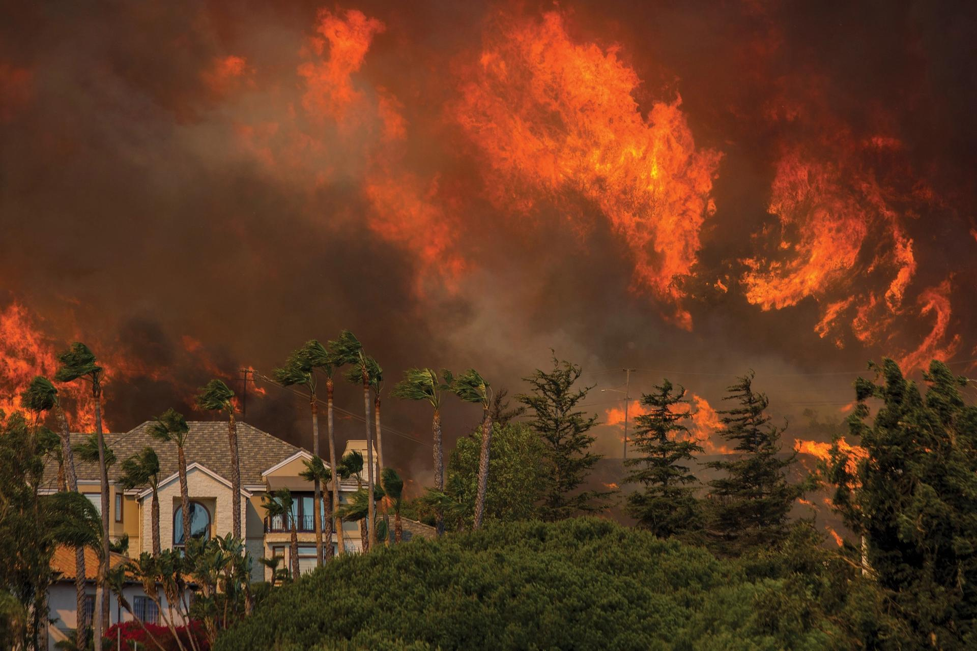 The Woolsey Fire approaches homes on November 9, 2018 in Malibu, California. About 75,000 homes have been evacuated in Los Angeles and Ventura counties due to two fires in the region © David McNew/Getty Images