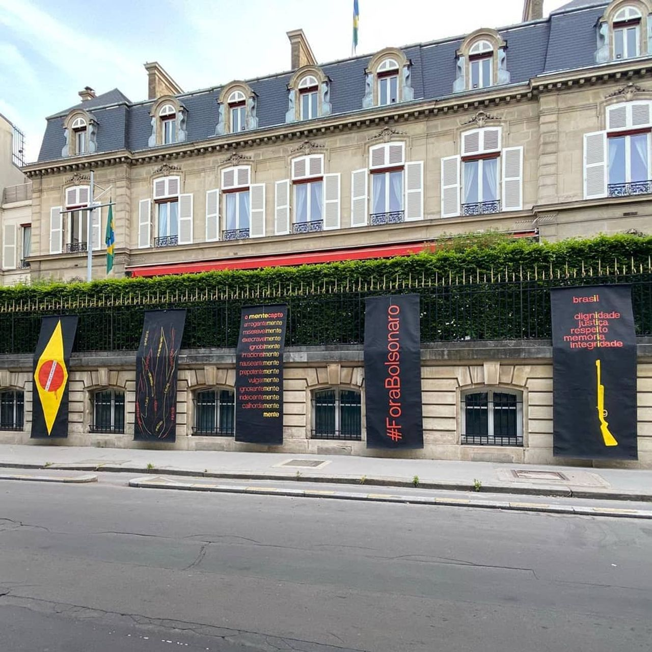 The Brazilian artist Julio Villani has hung six black cloths protesting Bolsonaro on the façade of the Brazilian Embassy in Paris Courtesy of the artist