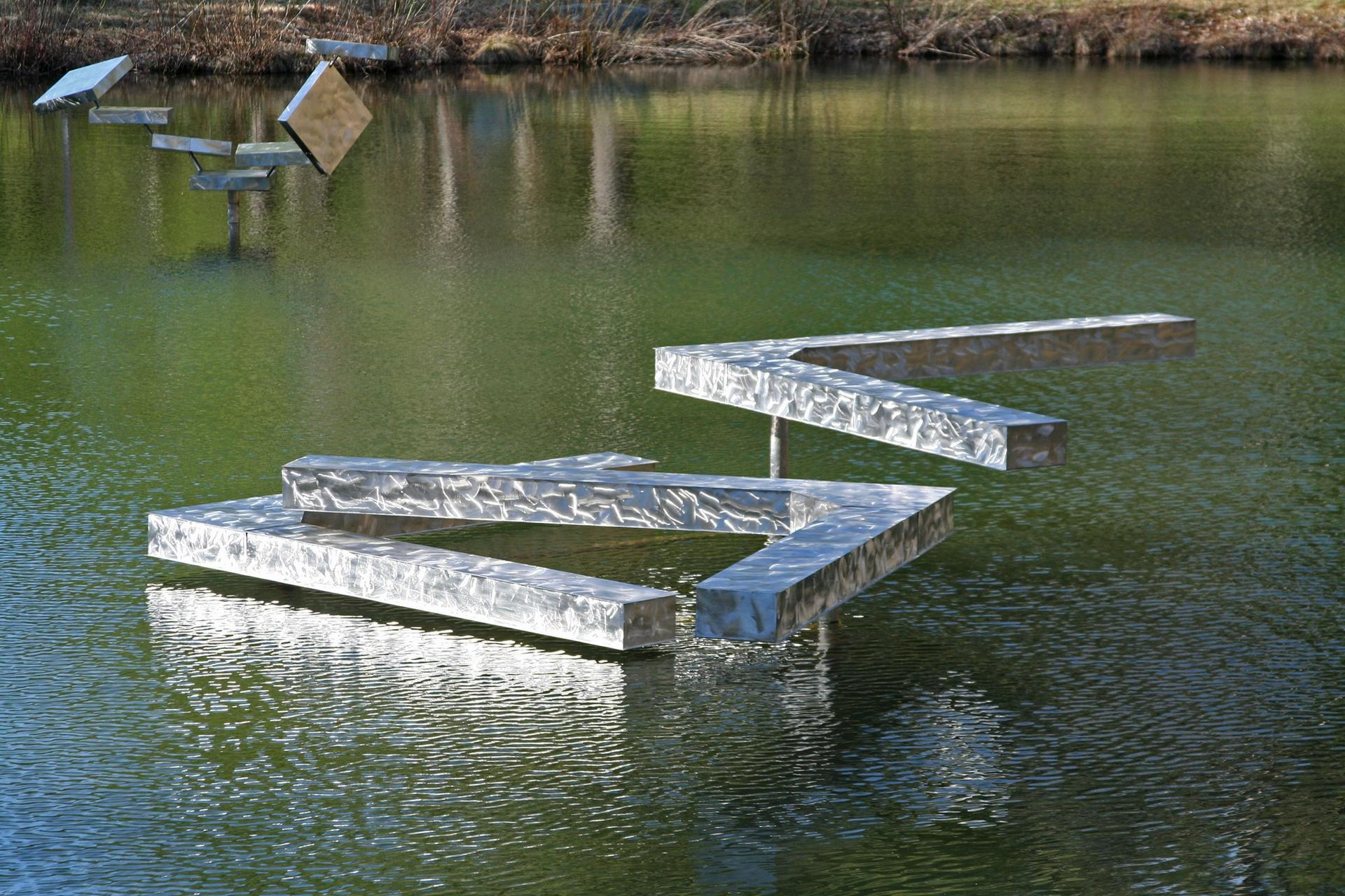 George Rickey, Three Right Angles Horizontal – IGA (Pond), 1983 Photo: Marc Zaref © George Rickey Foundation, Inc. and Estate of George Rickey, LLC / licensed by ARS, New York