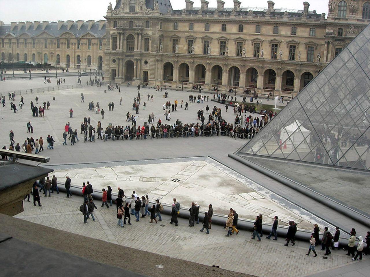 Queues form outside the Musée du Louvre in Paris © Flickr/Gideon