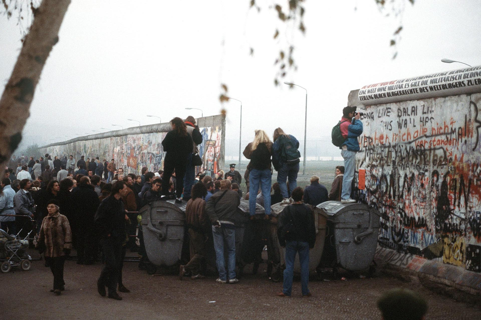 West German citizens gather at a newly created opening in the Berlin Wall at Potsdamer Platz in November 1989. Photo: US Department of Defense