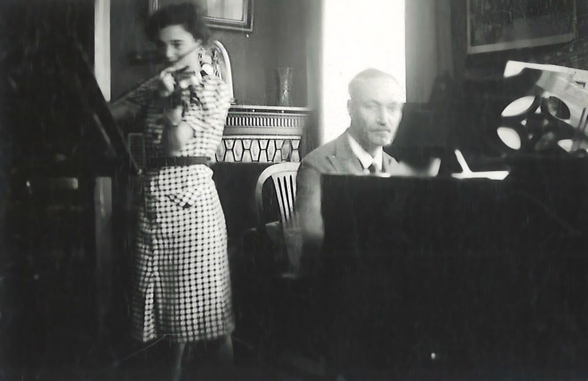 Felix Hildesheimer at the piano with his younger daughter Elsbeth on the violin © Family of Felix Hildesheimer