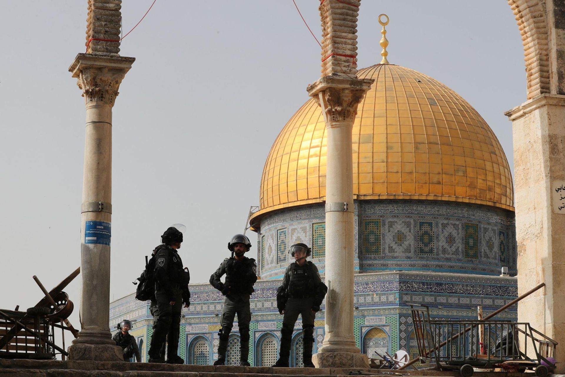 Israeli police stand in front of the Dome of the Rock during clashes with Palestinians at the compound that houses Al-Aqsa Mosque, known to Muslims as Noble Sanctuary and to Jews as Temple Mount, in Jerusalem's Old City © Reuters/Ammar Awad