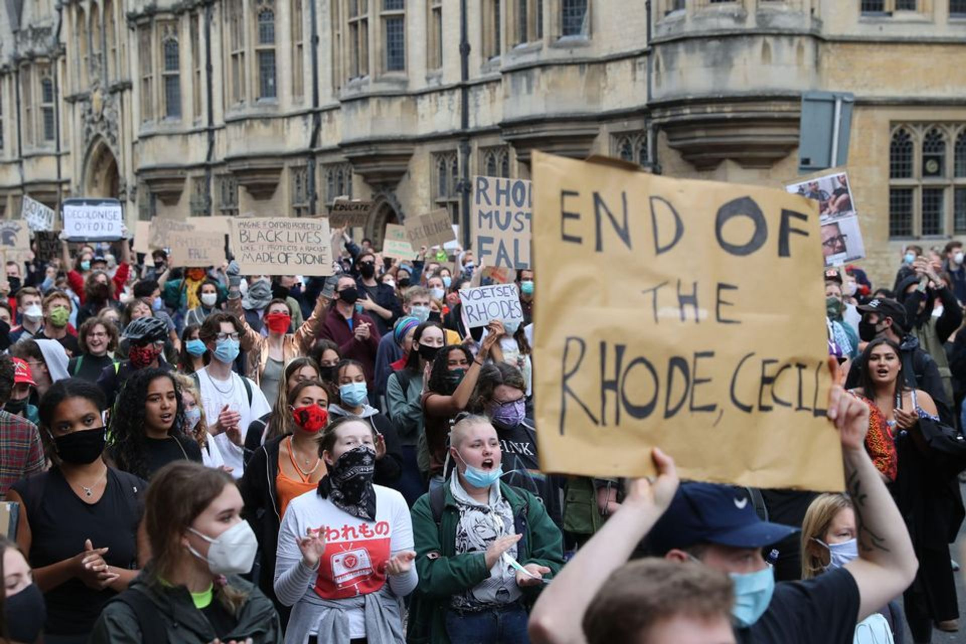 Protesters calling for the removal of the statue of 19th-century imperialist Cecil Rhodes from an Oxford college © PA Images / Alamy Stock Photo