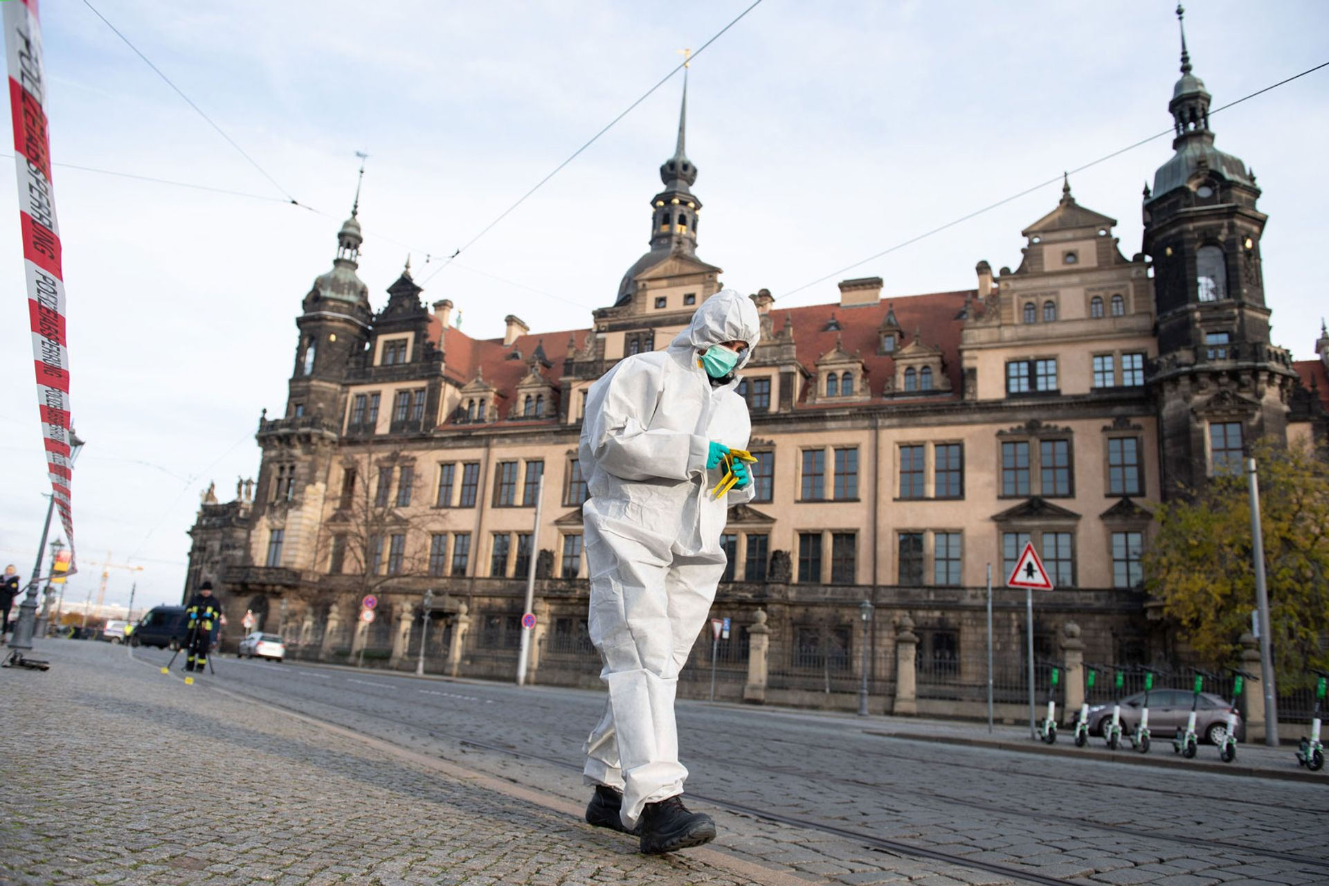 A forensic expert searches the area around the Royal Palace that houses the Green Vault in Dresden © Photo Sebastian Kahnert/dpa/AFP/Getty