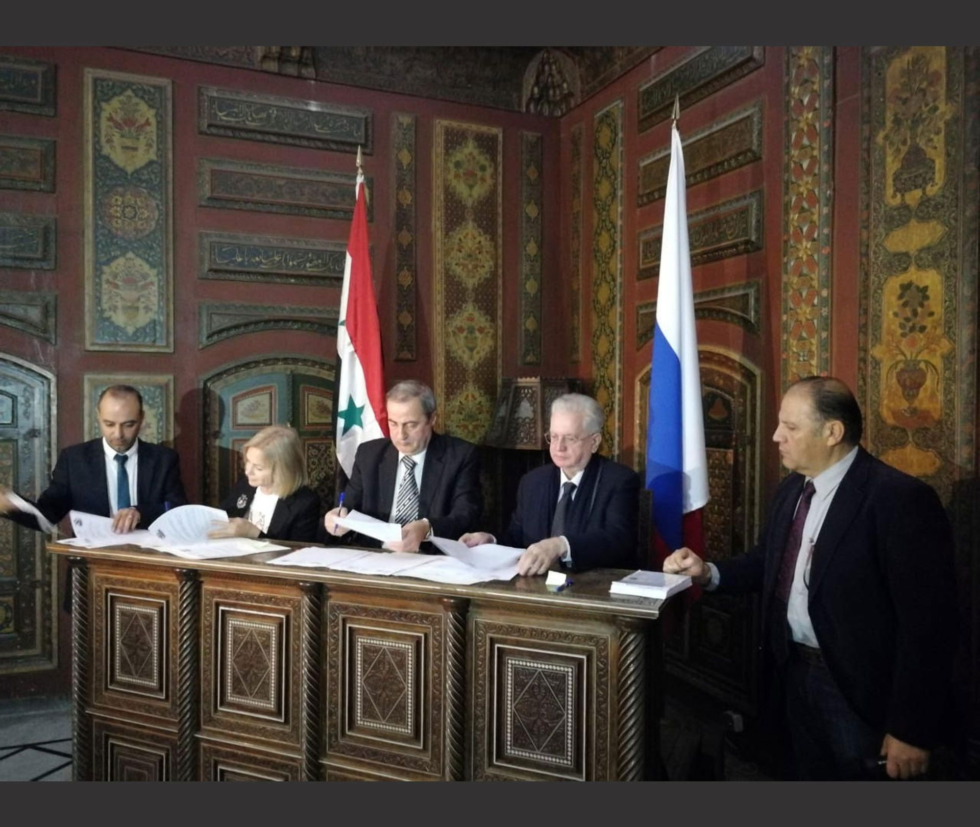 Mahmoud Hammoud and Mikhail Piotrovsky signing the agreement in Damascus © Courtesy of the State Hermitage Museum