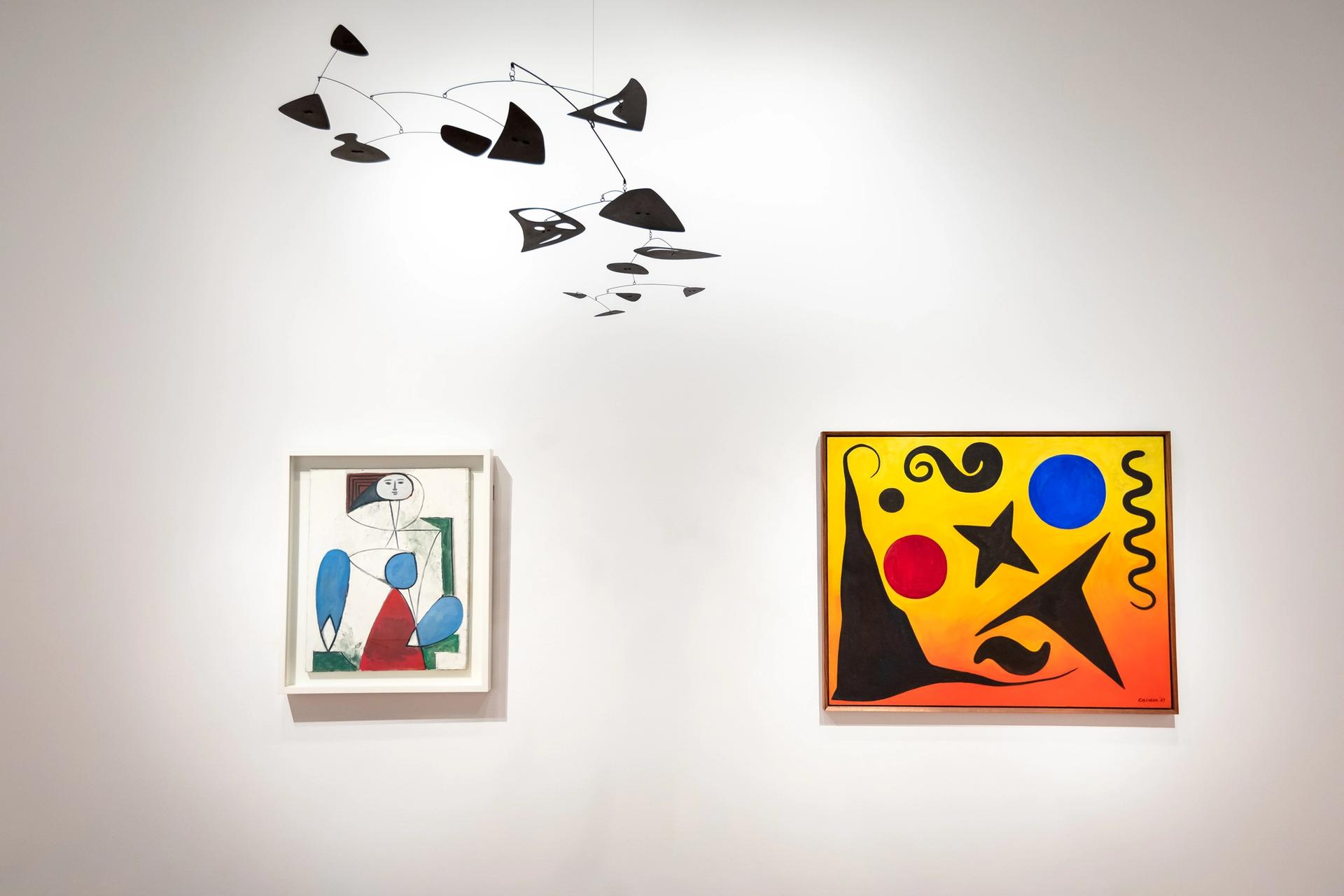 Installation view of 'Calder-Picasso' at the de Young Museum Photo: Gary Sexton, courtesy of the Fine Arts Museums of San Francisco © 2021 Calder Foundation, New York / Artists Rights Society (ARS), New York