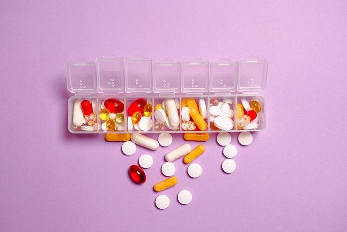 Pillenbox mit bunten Pillen, Z-Subtanzen