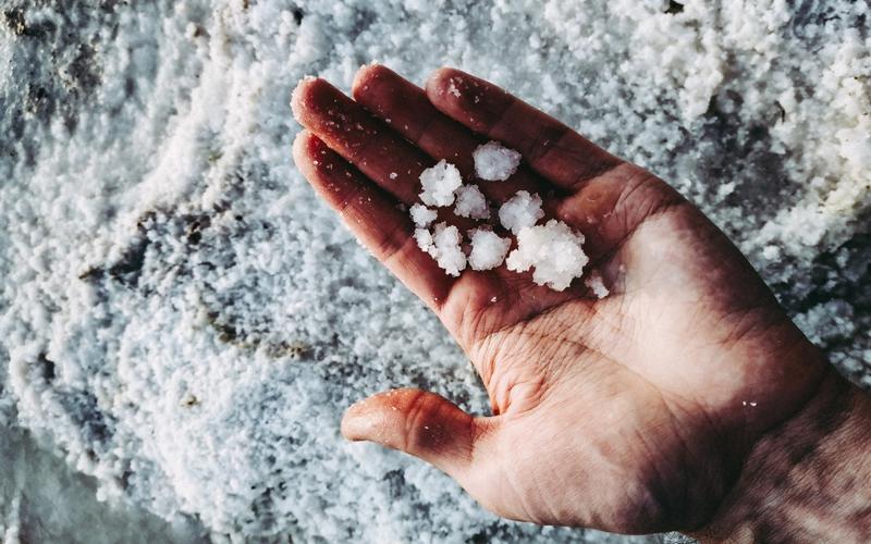 Salz in Handfläche