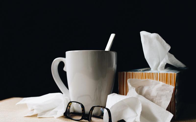 Tee, Taschentücher, Brille