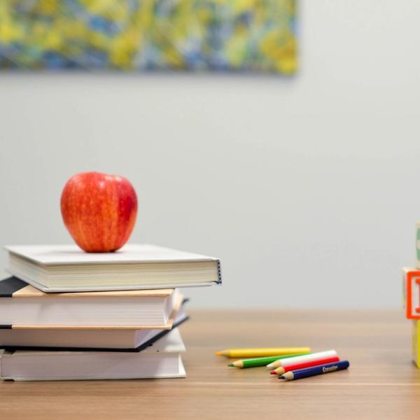 Schule Bücher Apfel Stift Schulbeginn