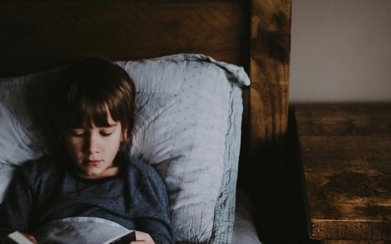 Pavor nocturnus: Kind liest Buch.