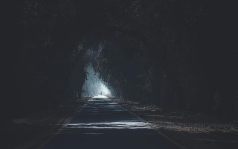 Allee Licht am Ende Winterdepression