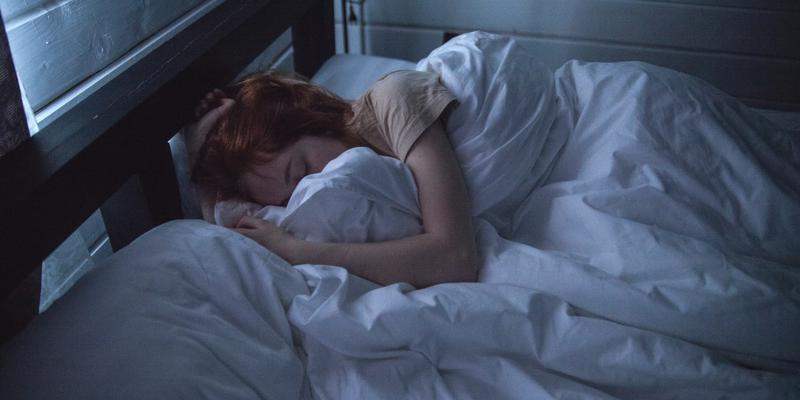 Bett fallen Frau im Bett Nacht
