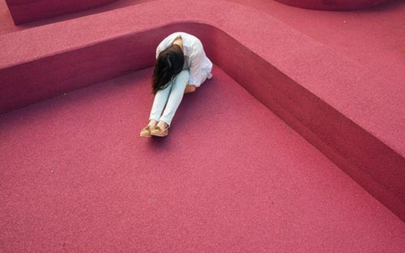 Frau auf bett Alpträume: Traum und Trauma