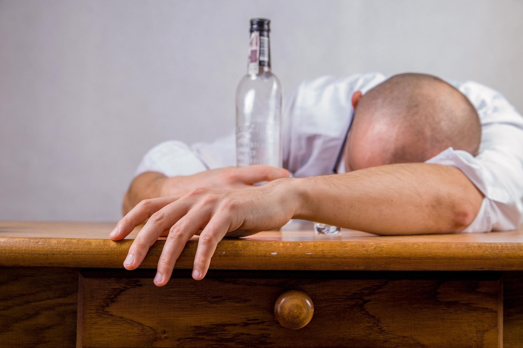 Kater was hilft Mann mit Flasche