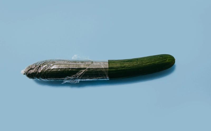 nächtliche Erektion; Gurke in Plastik