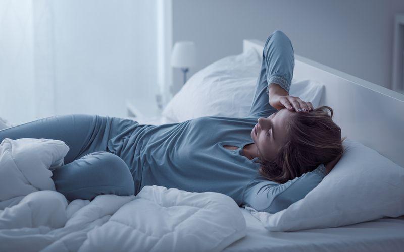 Frau im Bett Schlafstörungen