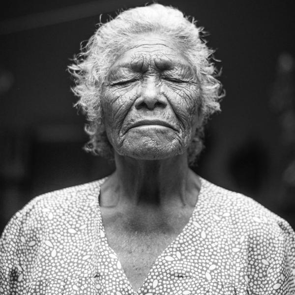 Schlaf im Alter: Frau, schwarzweiß.