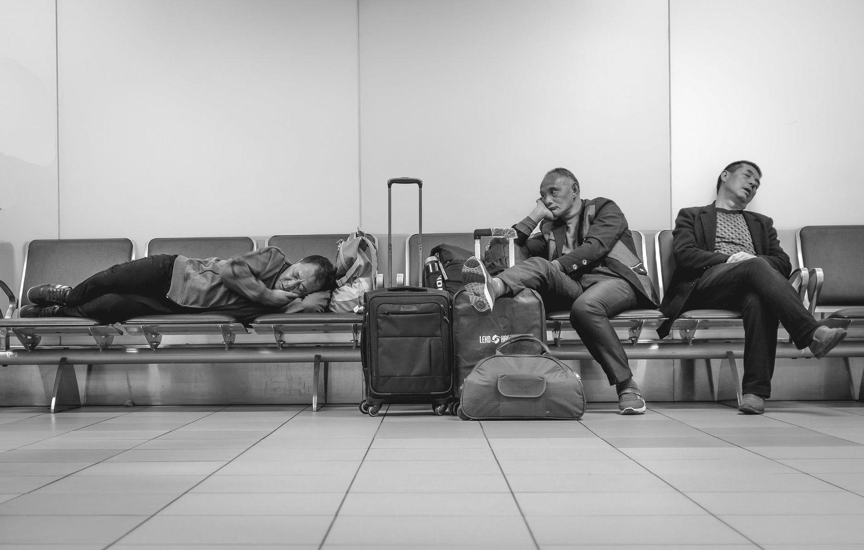 Schlafrekord: Drei Männer wartend und schlafend