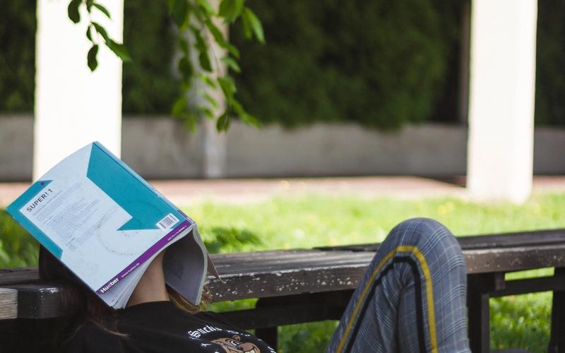 Frau lernt müde Buch