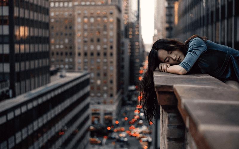 Schlaf Rekorde Frau schlafend Hochhausbalkon