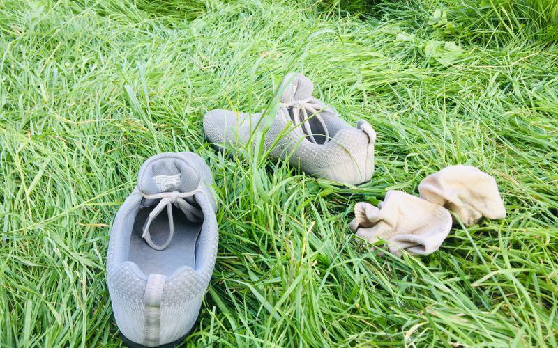 Schuhe im Gras