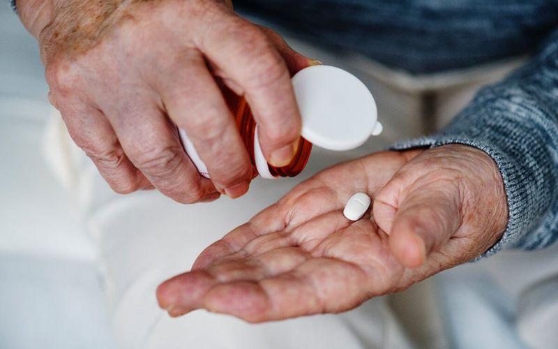 Mann nimmt Medikament Pille rezeptpflichtige Arzneimittel