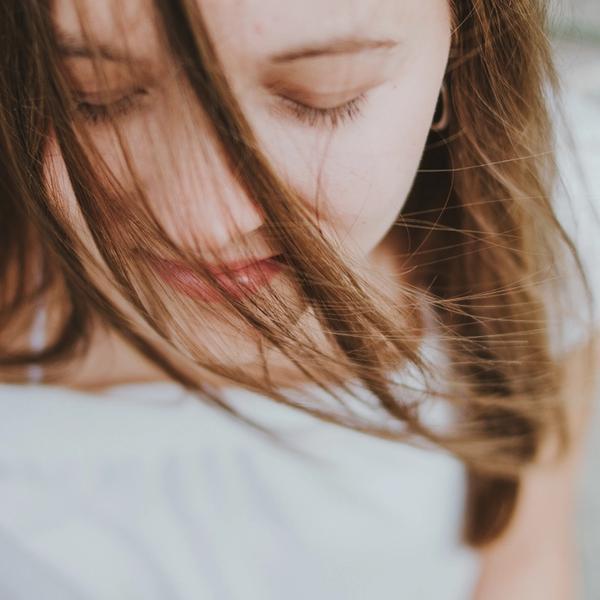 Frau geschlossene Augen