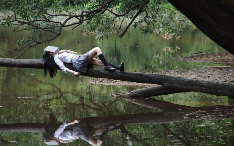 Mädchen schläft auf Baum Schlafkultur