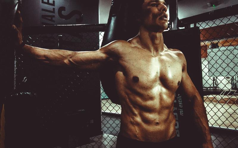muskulöser Mann trainiert Schlafmangel