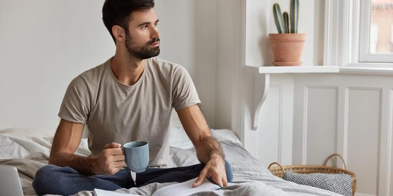 Mann mit Morgenroutine