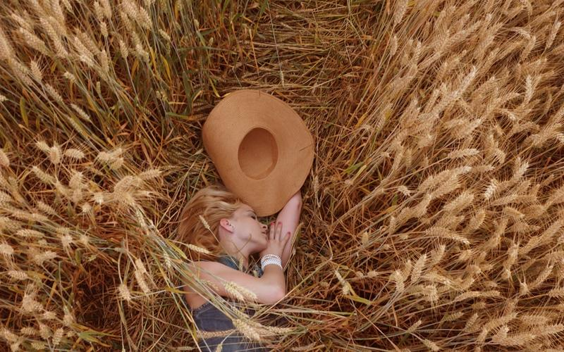 Mädchen schläft im Kornfeld Schlafkultur