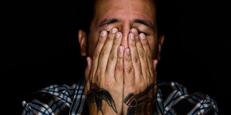 Mann Tattoos müde Schlafentzug