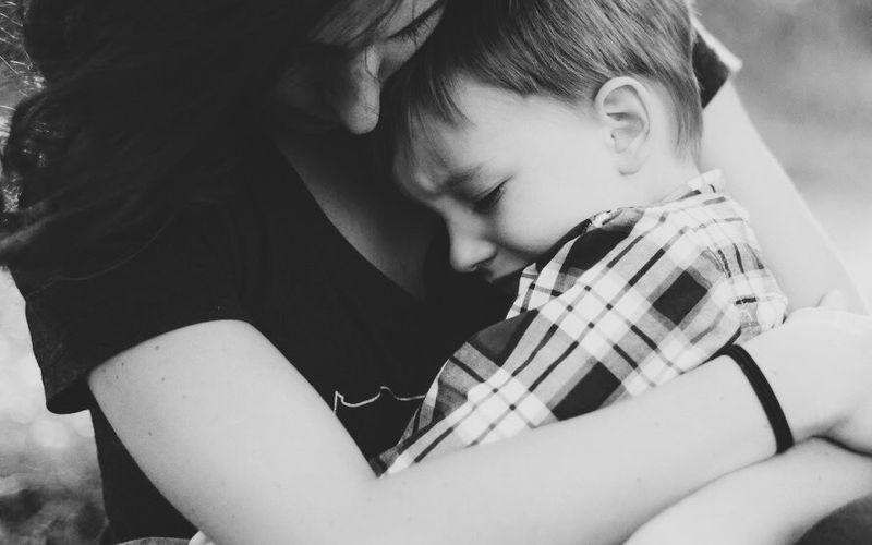 Enuresis nocturna: Mutter und Kind.