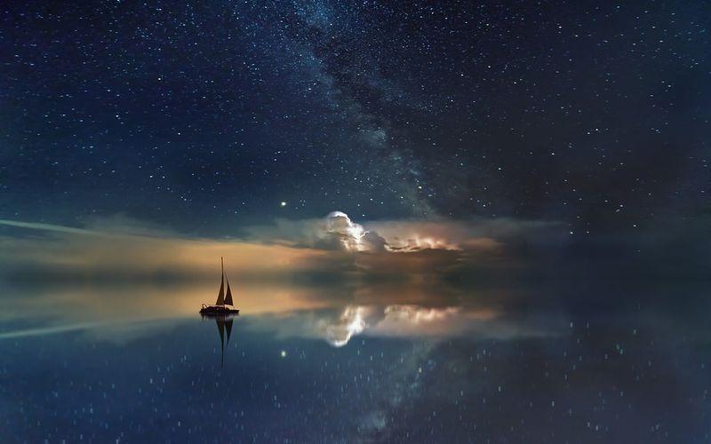 Ein Segelschiff, das über ein Meer von Sternen fährt: Traumdeutung
