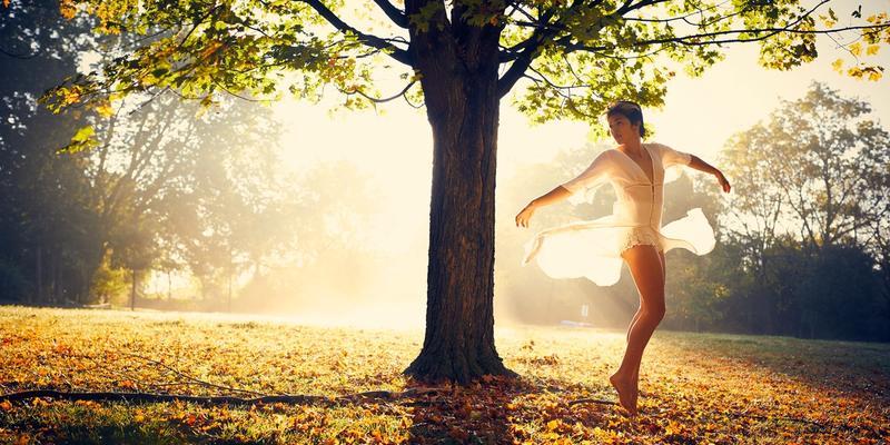 Anti-Aging Frau Wald tanzend