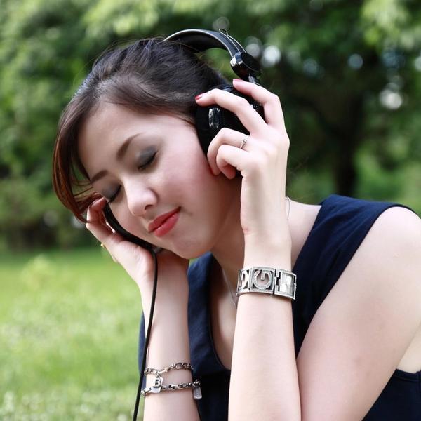 Schlaf ASMR Frau mit Kopfhörern