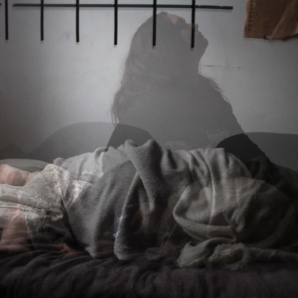 Schlafstörungen und Depressionen: Frau im Bett.